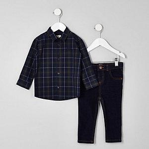 Outfit aus kariertem Hemd und Jeans