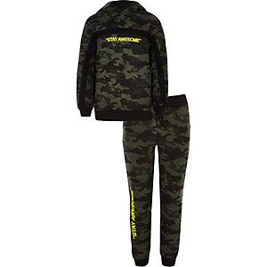 Kaki hoodie-outfit met camouflage- en 'Stay awesome'-print voor jongens
