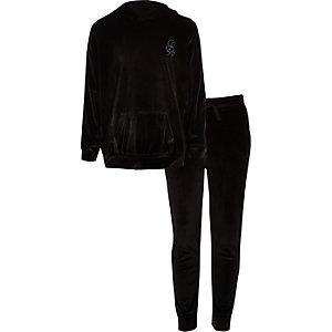 """Outfit mit schwarzem Velours-Hoodie """"R96"""""""