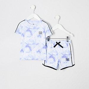 Outfit mit blauem T-Shirt mit Print