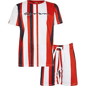 Outfit mit roten, gestreiften Shorts