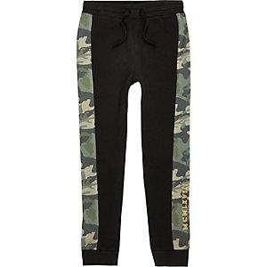 Zwarte joggingbroek met camouflageprint voor jongens