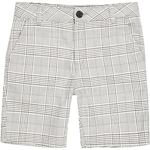 Hellgrau und blau karierte Shorts