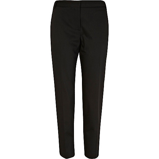 Trousers in a stretch weave with a fly with a hook-and-eye fastener, a regular waist, side pockets and tapered legs.