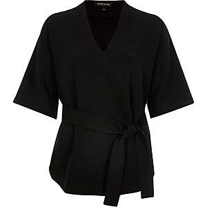 Top noir à manches courtes avec ceinture