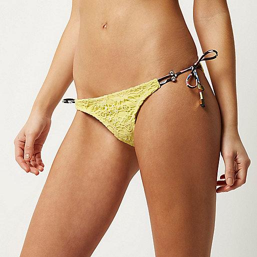 Bas de bikini jaune avec liens à nouer sur les côtés