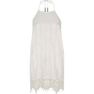 Robe caraco blanche avec dentelle sur l'ourlet