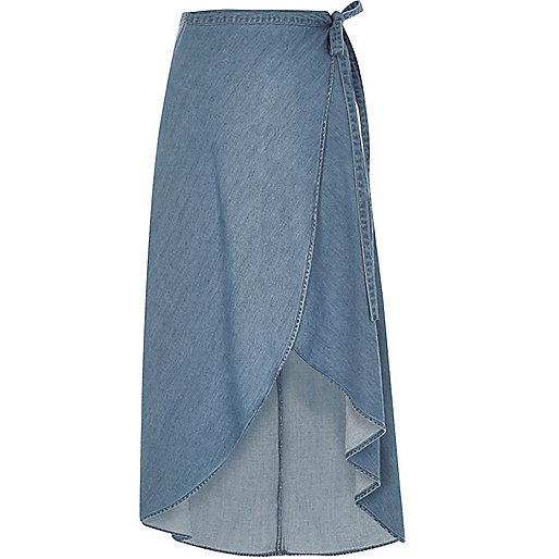 Jupe longue en jean bleu clair style portefeuille