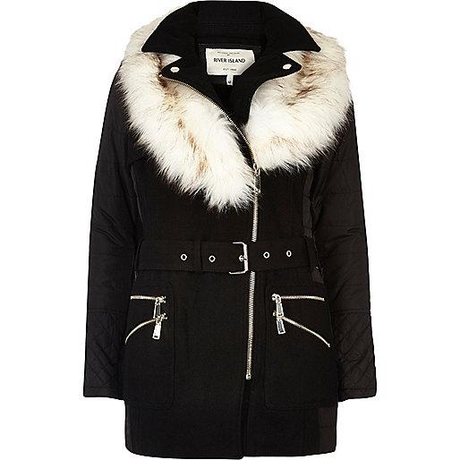 Schwarzer, wattierter Mantel mit Kunstfellkragen