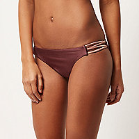 Braune, tief geschnittene Bikinihose