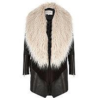 Zwarte gedrapeerde jas met kraag van imitatiebont