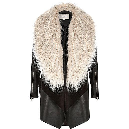 Manteau noir à pans avec fausse fourrure