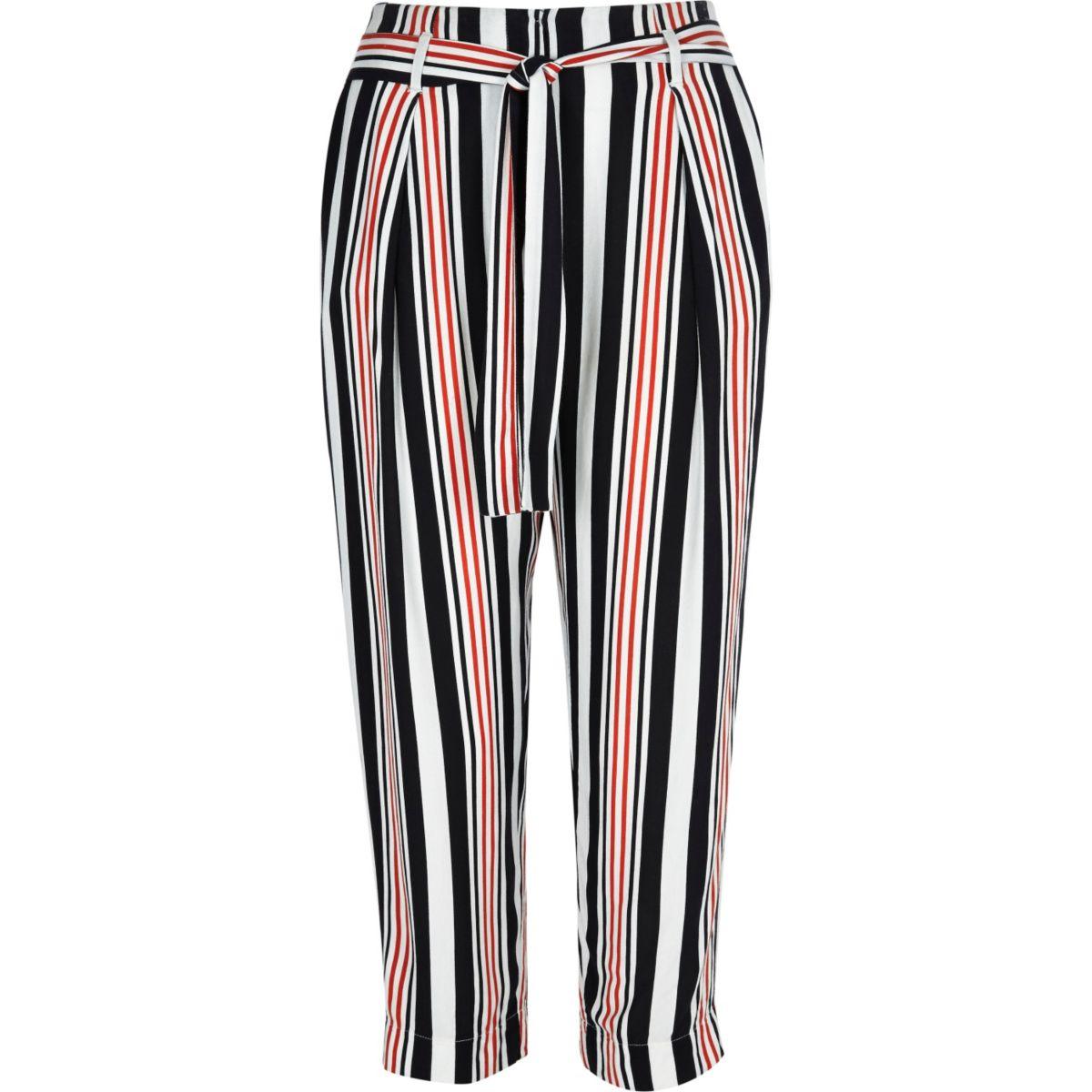 Weiße, kurze Hose mit Streifen