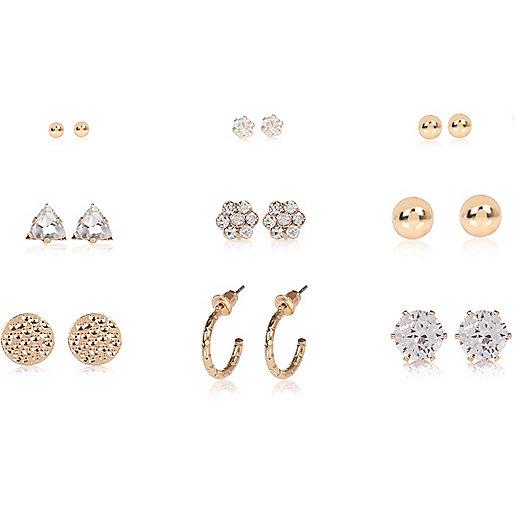 Goldene, verzierte Ohrringe im Set