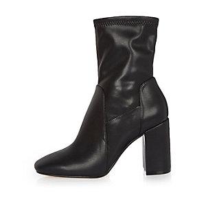 Schwarze, dehnbare Stiefel