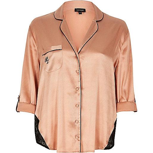 Chemise de pyjama en satin rose avec empiècement en dentelle