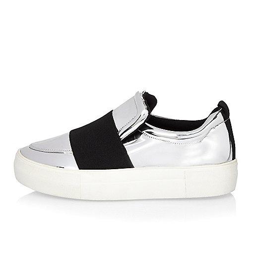Flache Sneaker mit elastischem Einsatz in Silber