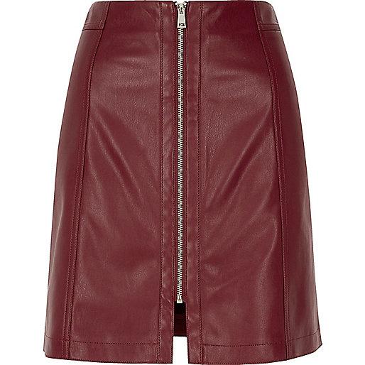 Mini-jupe en cuir synthétique bordeaux zippée