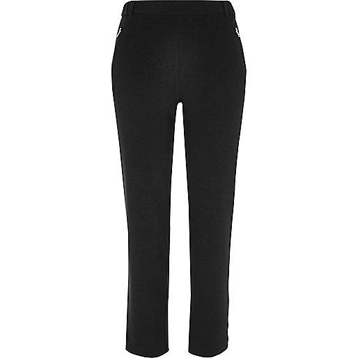 Schwarze, konisch geschnittene Hose