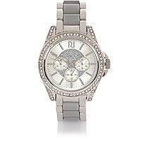 Silberfarbene, breite Uhr mit Verzierung