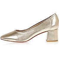Chaussures dorées à talons carrés