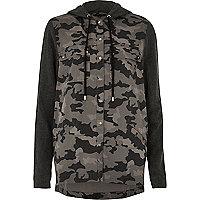Schwarzes Shacket mit Kapuze und Camouflage-Muster