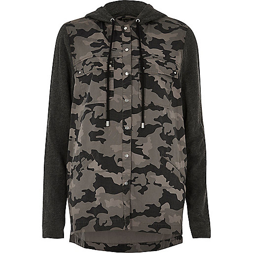 Veste-chemise noire à capuche avec empiècement camouflage