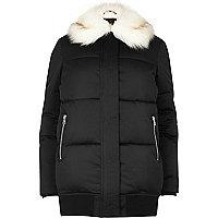 Schwarzer, wattierter Mantel mit Kunstfellbesatz