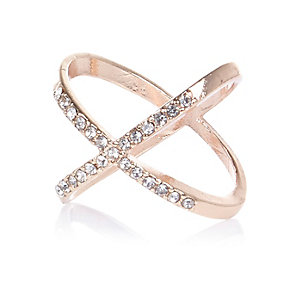 Rose gold tone rhinestone kiss ring