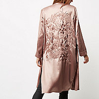 Manteau long rose brodé