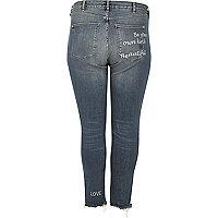Plus – Alannah – Mittelblaue Jeans mit Slogan