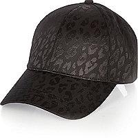 Schwarze Kappe mit Animal-Print