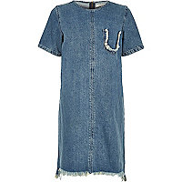 Blaues Jeans-T-Shirt-Kleid mit Fransensaum