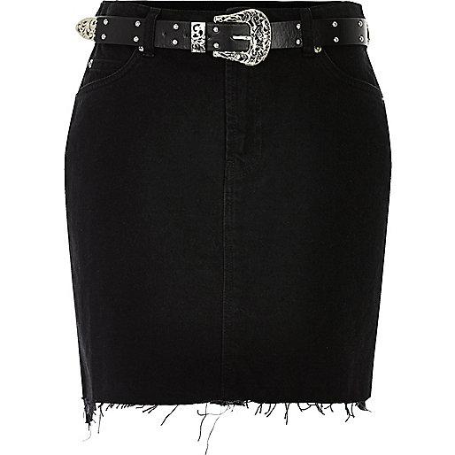 Schwarzer Jeansrock mit Fransensaum und Gürtel
