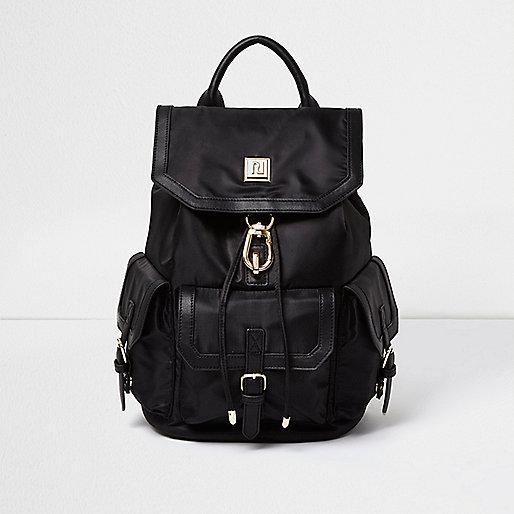 Schwarzer Rucksack mit Pattentasche