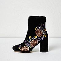 Schwarze Stiefeletten mit aufgestickten Blumen