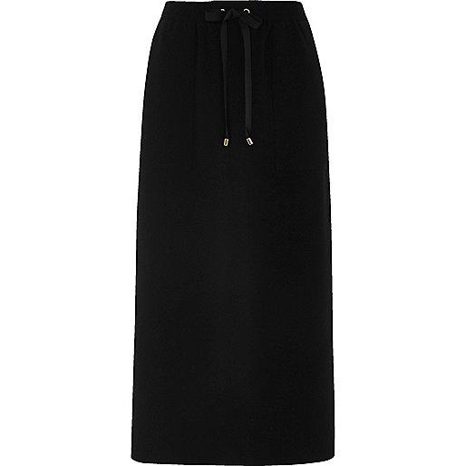 Jupe mi-longue noire avec poche pratique