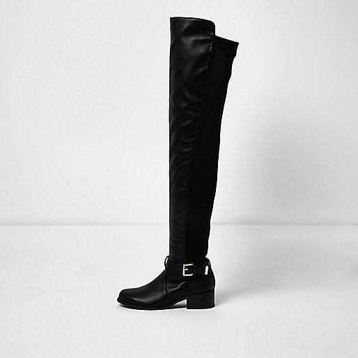 Schwarze Overknee-Stiefel mit Schnallenriemen