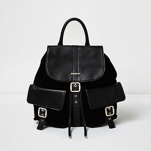 Schwarzer Rucksack mit Ledertasche