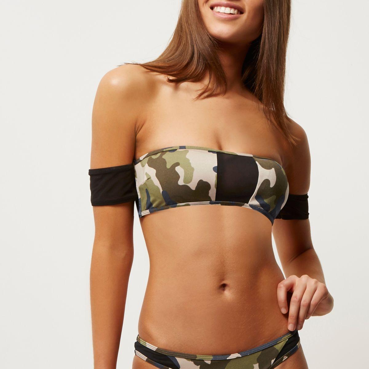 Groene bikinitop in bardotstijl met camouflageprint en mesh inzetstukken