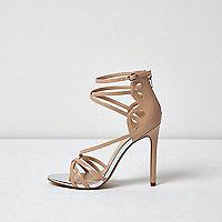 Chaussures à talons chair vernies avec brides