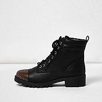 Schwarze, nietenverzierte Stiefel