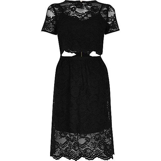 Robe mi-longue noire avec découpes et bordure en dentelle