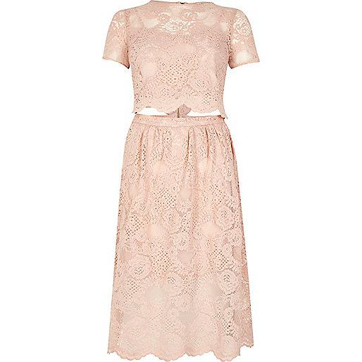 Robe mi-longue rose poudré avec découpes et bordure en dentelle