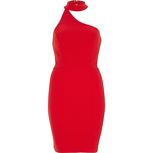 Robe rouge à encolure asymétrique et tour de cou