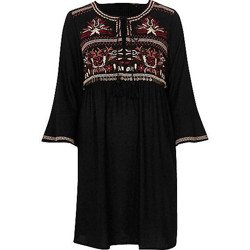Robe noire brodée coupe trapèze