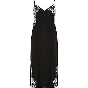 Schwarzes Kleid mit Blumenverzierung
