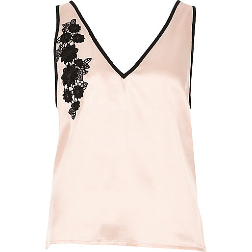 Haut de pyjama rose poudré à fleurs appliquées