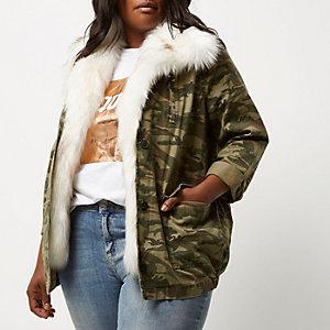 Plus – Grüne Jacke mit Camouflage-Muster und Kunstfellbesatz