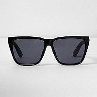 Zwarte zonnebril met hoekige glazen